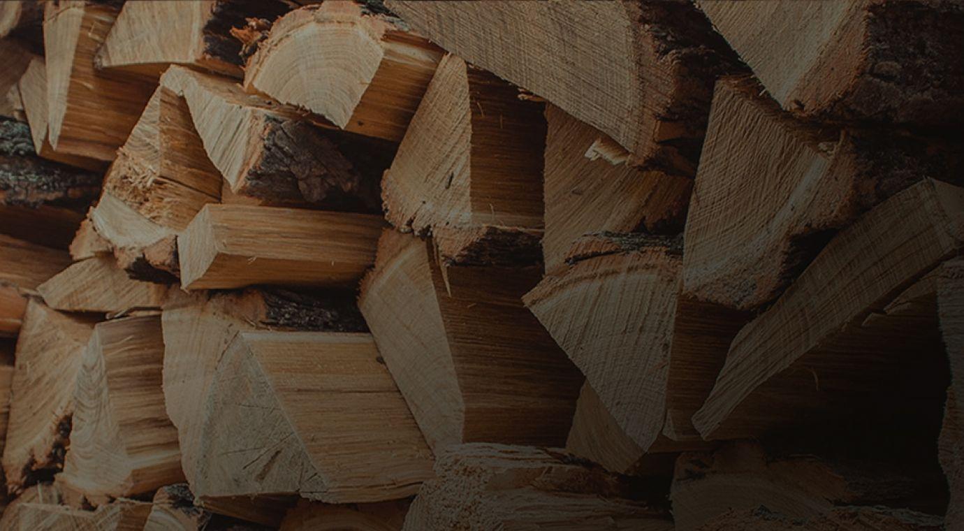 Obdelava lesa v polena za kurjavo